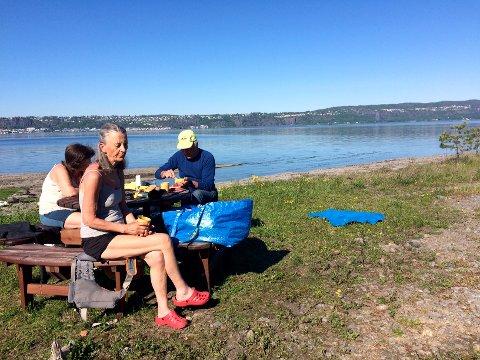HÅPER PÅ ENDRING: Gro Karlsson og fire andre overnattet i telt på Langøya i mai. Nå kan reglene bli endret. Foto: Lars Ivar Hordnes