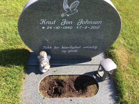 TYVER TOK BLOMSTENE: Dette synet møtte Gerd Østreng Johnsen da hun skulle stelle graven på kirkegården i Hof søndag.