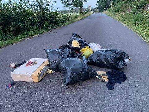 REAGERER: Saman Bashirey oppdaget fredag kveld at noen hadde dumpet avfall utenfor porten til Nordre Foss Gjenvinningsstasjon.