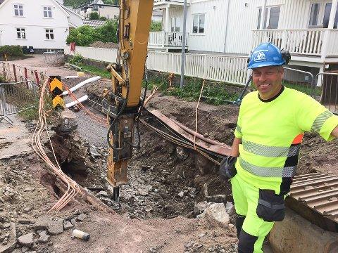HARDE FORHOLD: Formann Einar Ramsdalen i entreprenørfirmaet Arne Olav Lund ved grøfta i Morten Müllers gate som gir utfordring for videre framdrift.