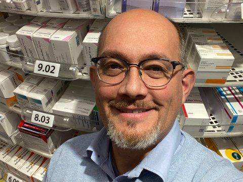 LETTERE TILGJENGELIGHET: – Folk opplever det som trygt å sette vaksinen hos oss, sier apoteker og farmasøyt Ronald Jan Nilssen i Apotek 1 Holmestrand.