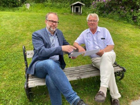 Endelig hørt: Knut Vidar Hoholm (KrF) og Egil Olaussen (FrP) er klare for befaring. Det var 5. mai at hovedutvalget for regulering, kommunalteknikk og miljø vedtok å gjøre en befaring med hele utvalget på ved Gamle Sørlandske 553. Foto: Pål Nordby