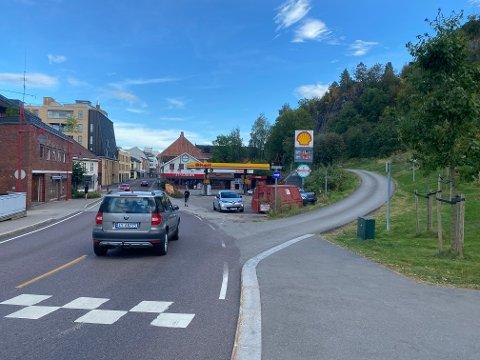 Her er veien planlagt: Her blir det et nytt kryss hvor den nye veistrekningen vil svinge av mot høyre og følge den nedlagte jernbanetraseen fram til Skolegaten. Foto: Pål Nordby