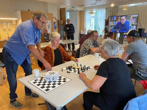 Seniorsjakk: Fred Tore Henriksen ser at sjakk fenger. Pensjonistforbundet Holmestrand samarbeider både med sjakkforbundet og sjakk-klubben i Holmestrand om opplegget som er i gang ved Kjærsenteret. Foto: Pål Nordby