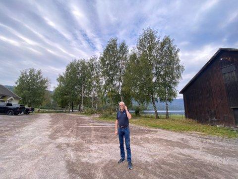 Hallo, hallo! Tormod Hellerud må ut på parkeringsplassen, eller telefonplassen, for å få kontakt med omverdenen i den daglige driften av Mar-Kem AS og Botnetank AS i Eidsfoss. Foto: Pål Nordby