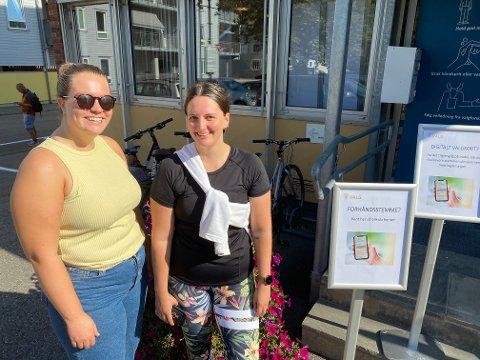 Borgerplikten er gjort: Linn Tronrud og Amalie Jentoft har gjort sin plikt, og stemt med hjertet og for sine hjertesaker. Foto: Pål Nordby