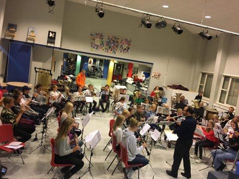 GLEDER SEG: Over 50 musikanter fra Jessheim/Hovind og Mogreina skolekorps samarbeider om Knut Nærums forestilling «Korps», og i morgen er det premiere i kulturhuset.