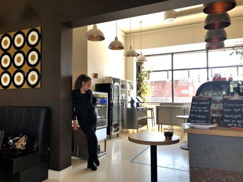 TUNGE TIDER: Innehaveren av kaffebaren, Miriam Høvik Halstvedt, har sett seg nødt til å ta noen grep for å sikre at de kan drive videre når koronapandemien er over.