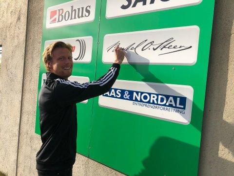 BRUKER KREATIVITETEN: Daglig leder Andreas Aalbu demonstrerer hvordan Ull/Kisa-veggen vil se ut. Privatpersoner kan nå få navnet sitt på Jessheim stadion.