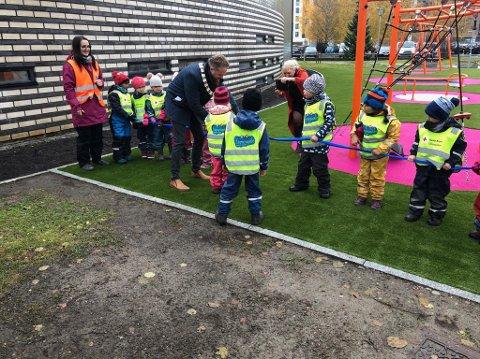 OFFISIELL ÅPNING: Sperringene ble fjernet for flere dager siden, men den offisielle åpningen lot vente på seg til tirsdag. Da fikk ordfører Eyvind Jørgensen Schumacher hjelp til å klippe snora.