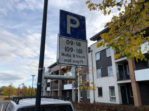 KONFLIKT: Enhetsleder Per Even Johansen i Ullensaker kommune mener de kommunale parkeringsvaktene er smidige i tjenesten. Tom Staale i Taxi Romerike er uenig.