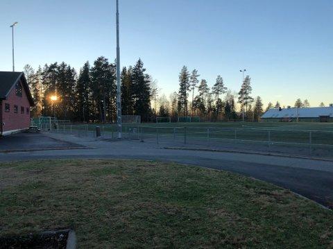 KOMMUNALT ANLEGG: Kunstgressbanen i idrettsparken på Jessheim er blant anleggene Ullensaker kommune leier ut til idrettslag.