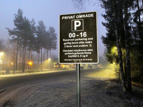URSKIVE: Ullensaker har byttet ut p-skiltene og tatt i bruk urskive ved offentlige bygg, som her ved Skogmo skole.