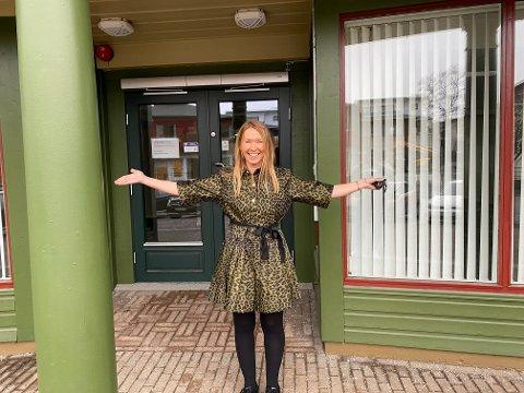 SOM EN UNGE: Marianne Pedersen gleder seg som en unge til å åpne butikken i storgata.