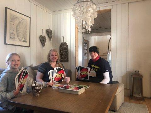 HJEMMEDAGER: Lise Kragset Furuseth, Amanda Furuseth (9) og Paal Andreas Furuseth (19) spiller kort, gjør lekser og er på hjemmekontor de to neste ukene.