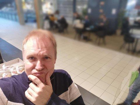 UNDRET SEG: Ronnie Mathisen dokumenterte at flere eldre satt tett sammen på en kafé på Jessheim tidligere denne uka.