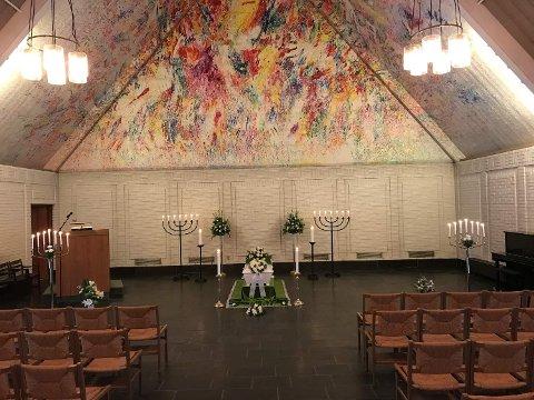 VIL VENTE MED SEREMONI: Dagens begravelseseremonier preges av koronakrisen. Antall personer som får lov å delta i kirkerommet er sterkt redusert.