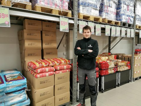 NY SJANSE: Butikksjef på Holdbart på Jessheim, Tore Rud-Johansen, er glad for at restaurantenmaten som ellers ville blitt kastet som følge av koronakrisen nå får nytt liv i butikken hans.