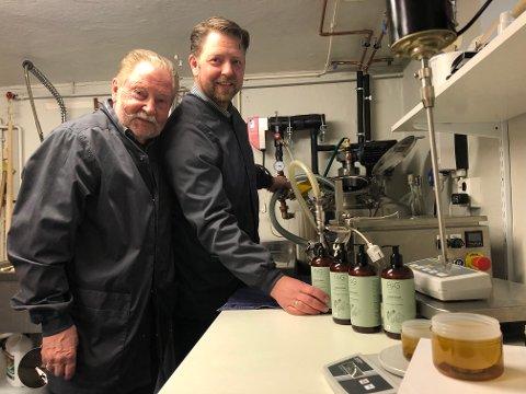 VIL INSPIRERE TIL ENDRING, f.v: Geir-Erik Henriksen og sønnen Bernt Erik Henriksen ønsker å få flere frisører til å åpne øynene for mer miljøvennlige produkter. De har produsert sin egen serie hårpleieprodukter i en årrekke.