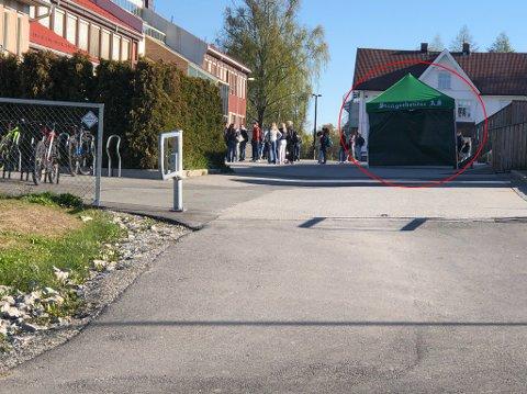 KLART TIL TESTING: I dette teltet utenfor Nordby ungdomsskole kan det gjennomføres koronatesting.