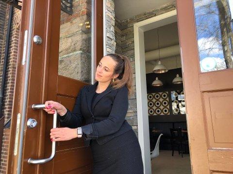 SAVNET: Innehaver av Stasjonen kaffebar, Miriam Høvik Halstvedt, sier hun får mange meldinger fra bekymrede kunder, men forsikrer om at kafeen åpner igjen i sommer.