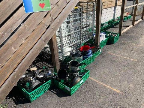 DELER UT GRATIS: Torsdag ble det satt ut store mengder med kjøkkenutstyr utenfor barneskolen.