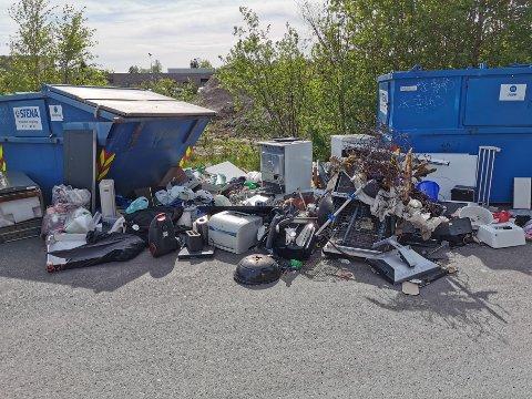 SØPPELBERG: Et slikt syn møter ofte de ansatte ved Holdbart på Jessheim når de ankommer jobb. De må jevnlig sortere søppelet og kjøre det til fyllinga med egen henger.