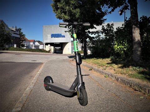 I BRUK: De elektriske sparkesyklene har i helgen vært i bruk av mange. Denne sto parkert på Jessheim stasjon.