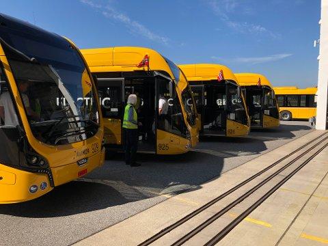 SATT I DRIFT: Lufthavndirektør Stine Westby Ramstad sier til RB at bussjåførene på Oslo lufthavn forteller at elbussene er gode å kjøre.