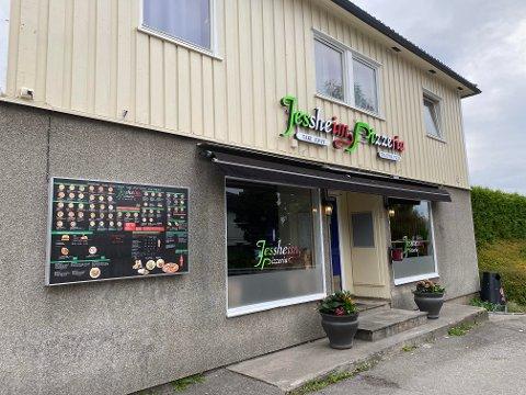 IKKE KONKURS: Til tross for at de beholdt navnet til selskapet som nå er konkurs, går pizzaovnen varm i Trondheimsvegen på Jessheim.