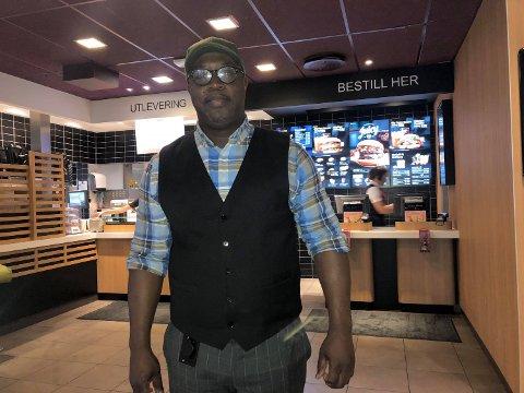 PÅ JAKT ETTER FLERE MEDARBEIDERE: Restaurantsjef Asante A. Gyamfi sier han er glad for å se at så mange ønsker å jobbe hos dem.