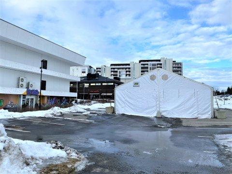 ØKER KAPASITETEN: Den nye teststasjonen ligger på parkeringsplassen bak Ullensaker rådhus, mellom kirken og Atlas, og er tilgjengelig for både gående og kjørende.