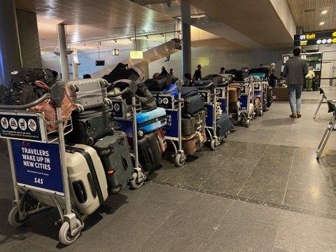 STOR PÅGANG: Slik ser det ut i bagasjehallen på flyplassen tirsdag ettermiddag. Koffertene tilhører reisende fra utlandet som er og tester seg.