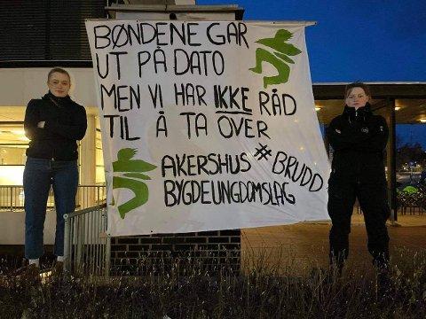 AKSJON: Natt til 14. mai ble det blant annet hengt opp bannere foran rådhuset i Ullensaker. Fra venstre: Anniken Dølerud Laake og Gina Skrivlien Thue
