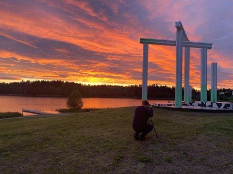 BLINKSKUDD: Fotograf Remi Presstun var tilfeldigvis på Nordbytjernet da himmelen lyste opp både vannet og skulpturen.