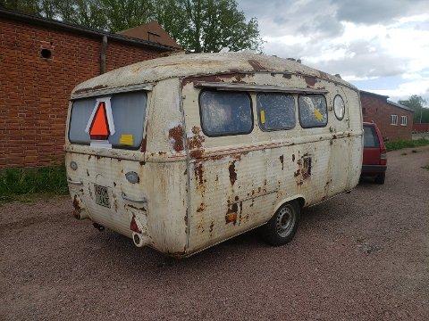 SLIK SÅ DEN UT: Den over 50 år gamle campingvogna bar preg av å ha stått ute i vær og vind i mange år da ekteparet hentet den i Sverige.