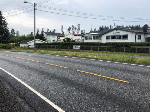 KLAR OPPFORDRING: Skiltene Oddvar Solheim har satt opp levner ingen tvil om budskapet: Hold fartsgrensen på 50 kilometer i timen og ta hensyn til naboene langs veien.