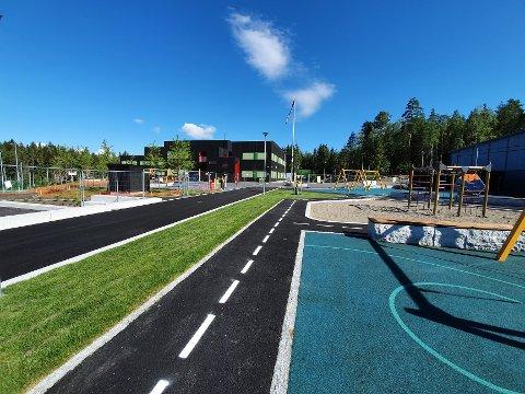 NY FLERBRUKSHALL: Algarheim skole har fått ny flerbrukshall med uteområde i sommer.