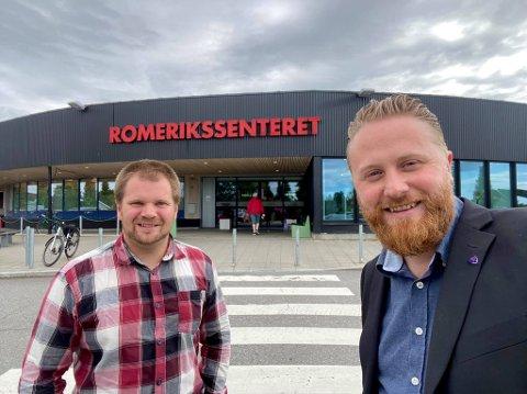 HATT IDEEN LENGE, f.v: Lars Halvor Stokstad Oserud (Sp) og Eyvind Jørgensen Schumacher (Ap) forteller at de lenge har snakket om å gjøre seg mer tilgjengelige og synlige i andre deler av kommunen.