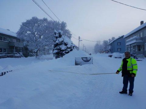BRØYTING: Sør-Varanger kommune forbereder vintersesongen med å rette en klar henstilling til bilistene om å bruke sunn fornuft når de parkerer. Her er veioppsynsmann Kurt Hansen på befaring.