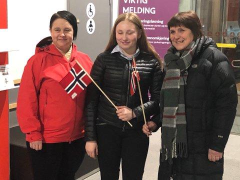 VELKOMST: Christina, Veronica og Betty Stabæk tok i mot Frode Berg.