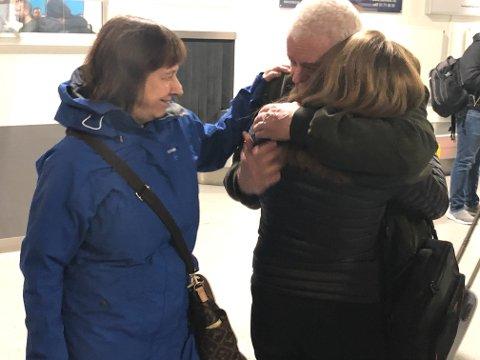 HJEMME: Frode Berg får en klem av barnebarnet Veronica i Kirkenes.