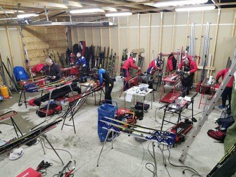 LÅNTE GARASJE: Smørerne til KOS fikk låne seg en privat garasje av en av vaktene og smurte skiene til sine utøvere der.