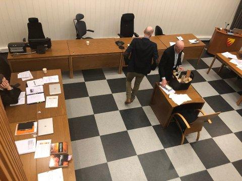 VISTE: Lasse Kristengård og Reidar Skrunes viste en lignende vedkurv under rettssaken og forklarte hvordan brannen kan ha startet der.