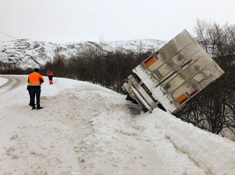 UHELL: Trekkvogn og trailer havnet utfor veien.