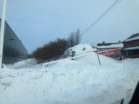 TATT AV VINDEN: Flaggstanga utenfor Bohus har blåst over ende natt til fredag.