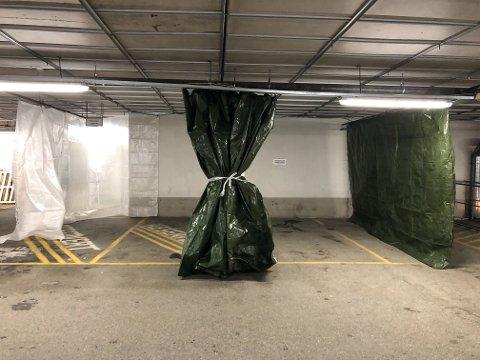 SMITTETELT: Dette er montert på parkeringshuset i Amfi Kirkenes, og kan settes opp som et telt ved behandling av pasienter med mistanke om korona-virus.