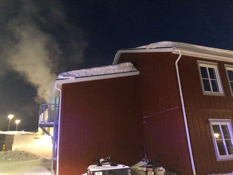 RYKER: Det ryker godt fra hybelhuset på Hesseng onsdag ettermiddag, men brannvesenet forsikrer om at det hele er en øvelse.