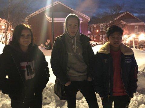 HOPPET: Anastasia Potapova, Kevin Pettersen og Sakkarin Kudphukhiaw hoppet ut vinduet under brannøvelsen.