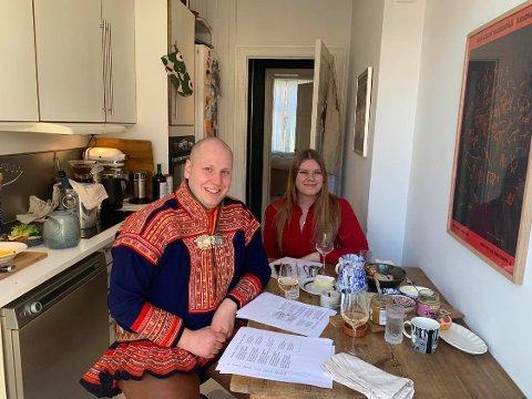 EN ANNERLEDES FEIRING: Aslak Heika Hætta Bjørn og Andrea Sofie Ellingsen Aasvang feirer den samiske nasjonaldagen i mindre skala enn vanlig i år.